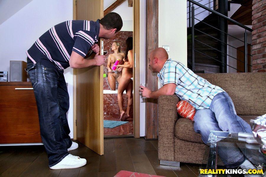 Mia Leone и Nataly D снимают трусики и трахаются в дырочки
