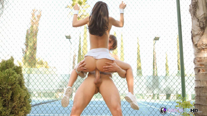 Милая теннисистка Dillion Harper трахается в ротик и в киску