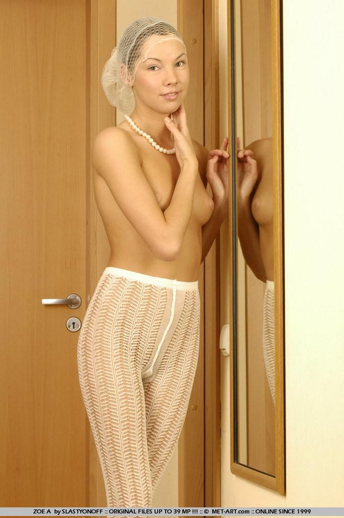 Молоденькая Zoe A с голыми титьками по настоящему возбуждает в эротическом белье
