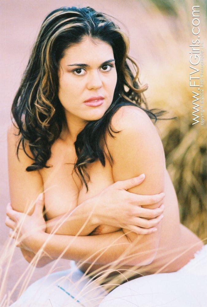 Olivia OLovely в белоснежном костюме освободила свои соблазнительные сочные груди