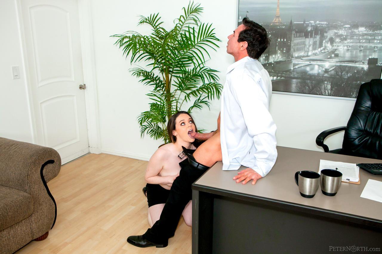 Парень сходит с ума от большой груди Tessa Lane и трахает ее прямо на столе