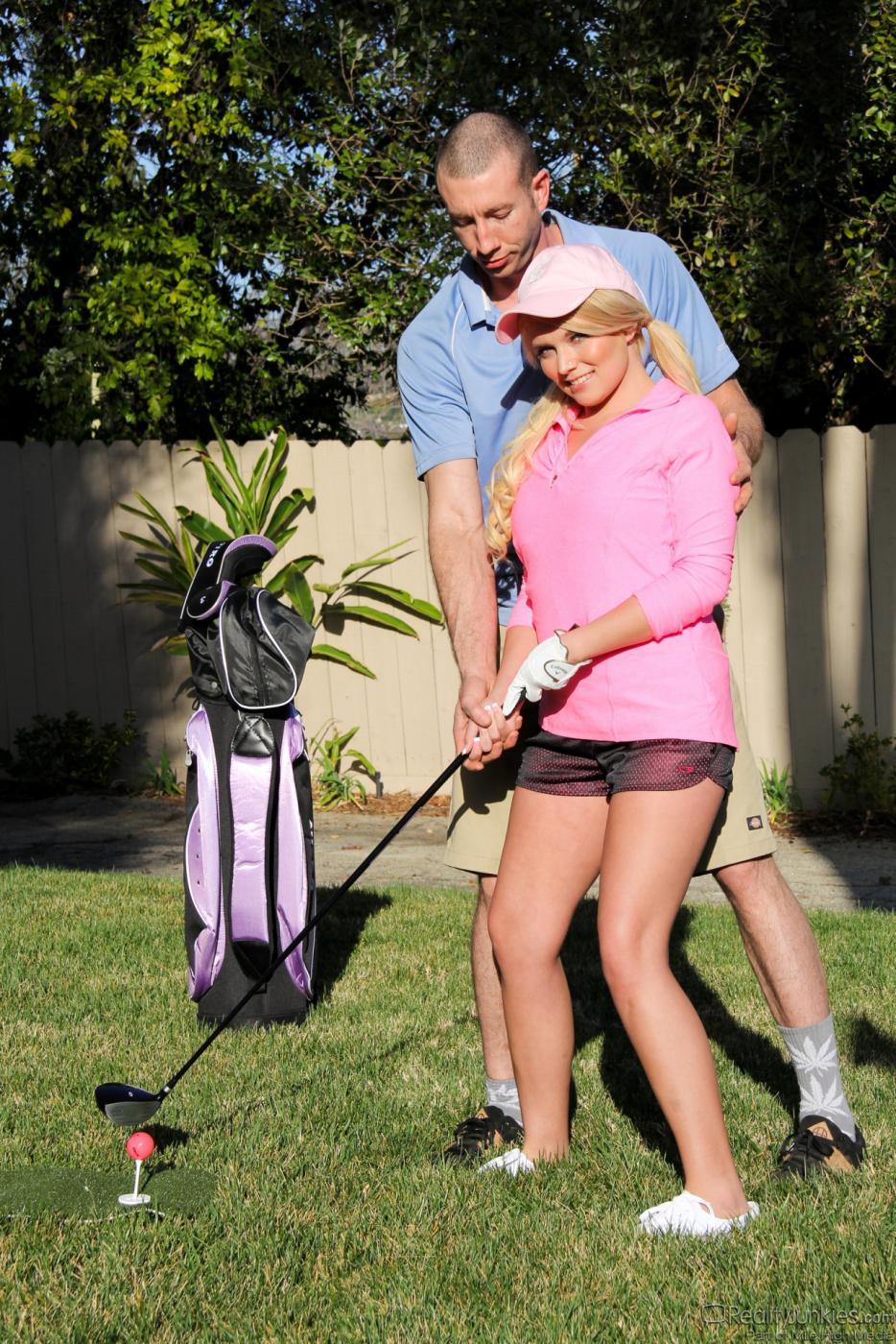 Парни трахают молоденькую Casey Stone в узкую киску до тех пор, пока она не получает оргазм