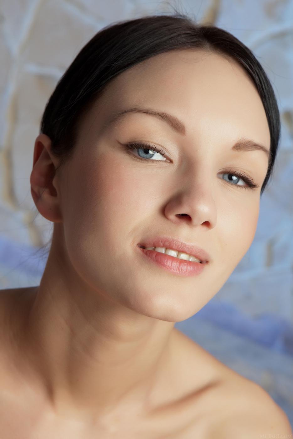 Помыв натуральные сиськи, Loreen A показывает голую киску