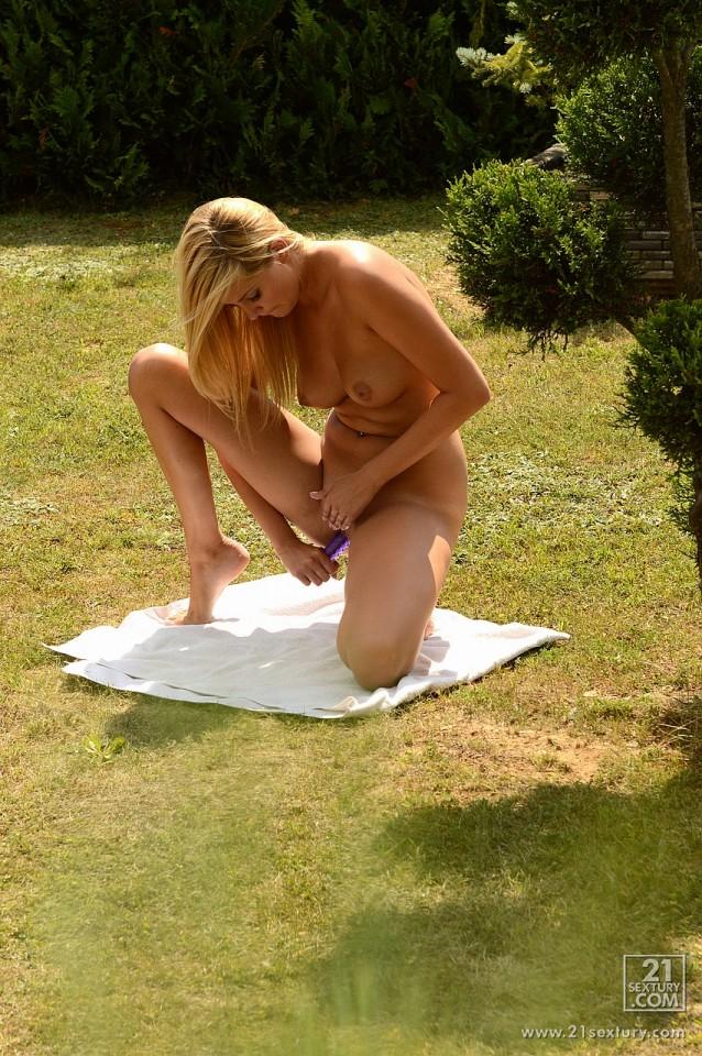 Развратная Holly Anderson раздевается и трахает себя игрушкой в киску