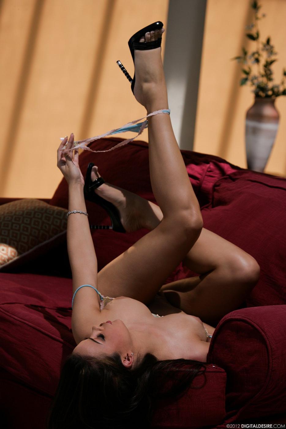 Сисястая 30 летняя красотка Natalia Cruze снимает откровенное белье