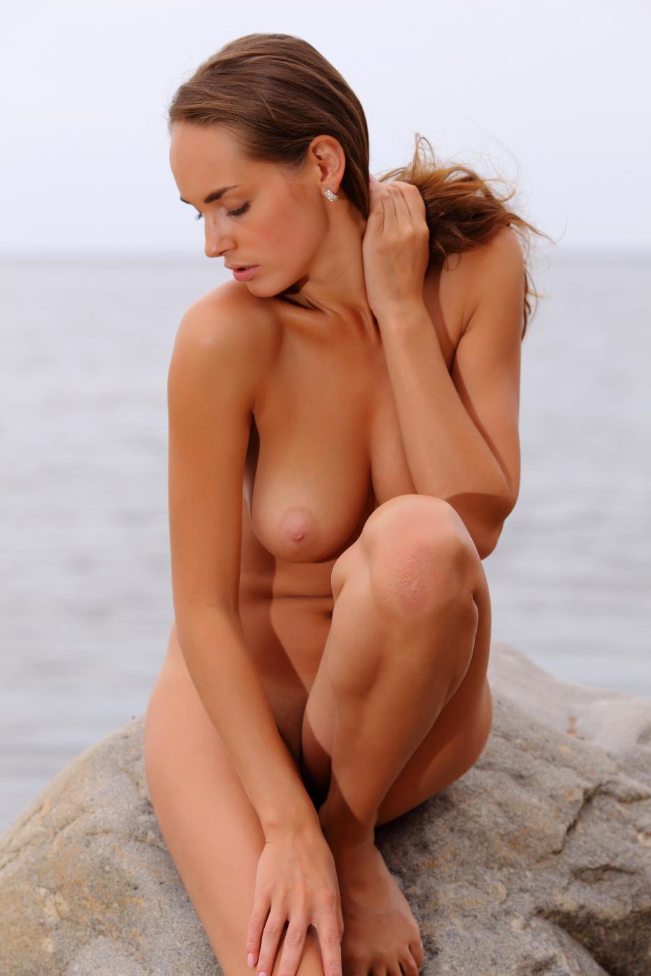 Сисястая Milana F показывает свою страсть у океана