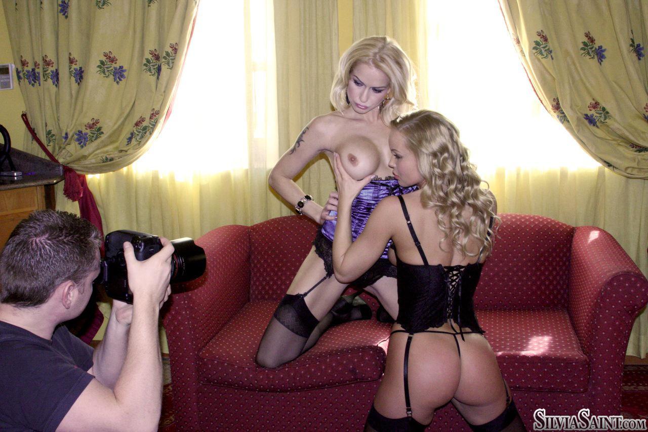 Соблазнительные девчонки Stacy E и Silvia Saint одевают эротичное белье и играют с вибратором