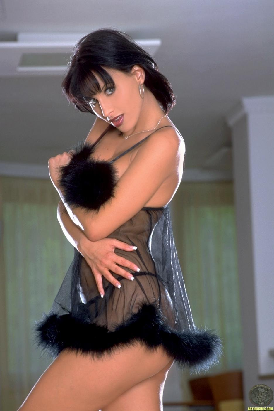 Темноволосая детка с невероятным телом Veronica Vanoza снимает свое сексуальное, черное белье