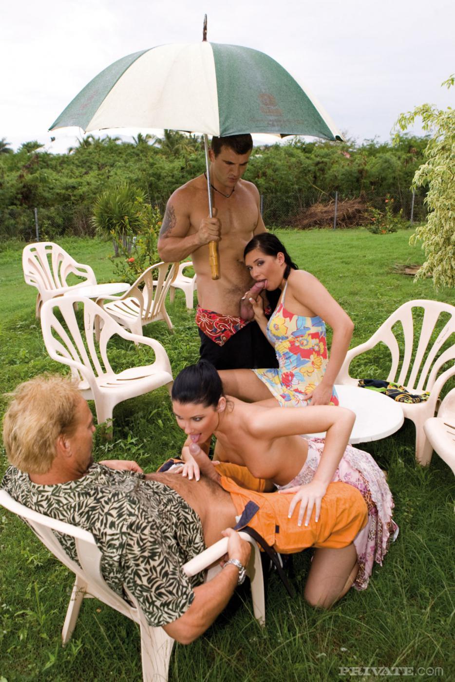 Veronica da Souza с подружкой неплохо проводят время, сося и трахаясь в саду