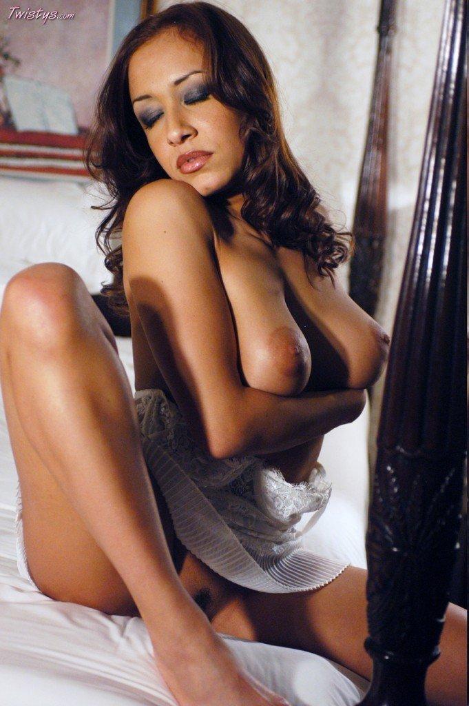 Зверская Sonya Vidal ласкает свою гладкую киску и трясет своей массивной, сочной грудью