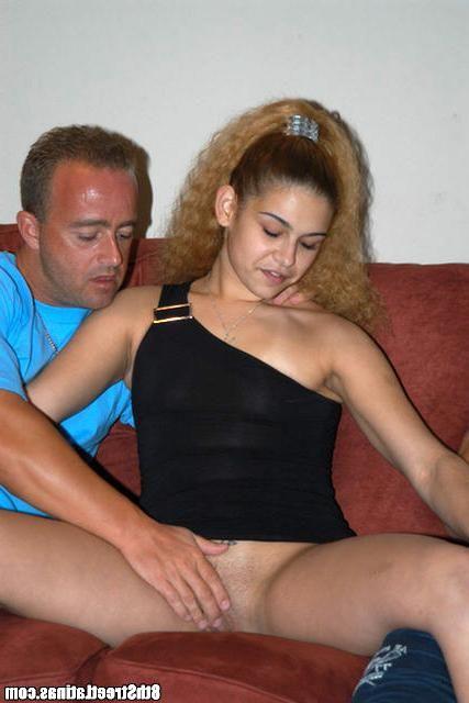 Безотказная сучка удовлетворила двух незнакомцев