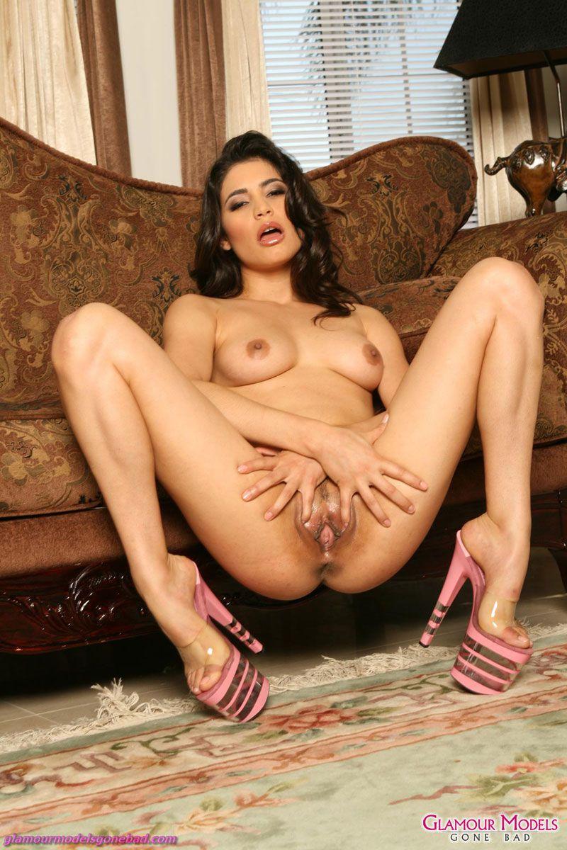Голая стройная латинка Paola Rey в туфлях на платформе раздвинула свои ноги