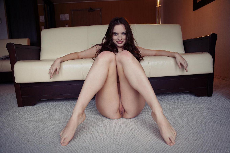 Манящая брюнетка Natalie B раздвигает ножки и показывает свою бритую кошечку