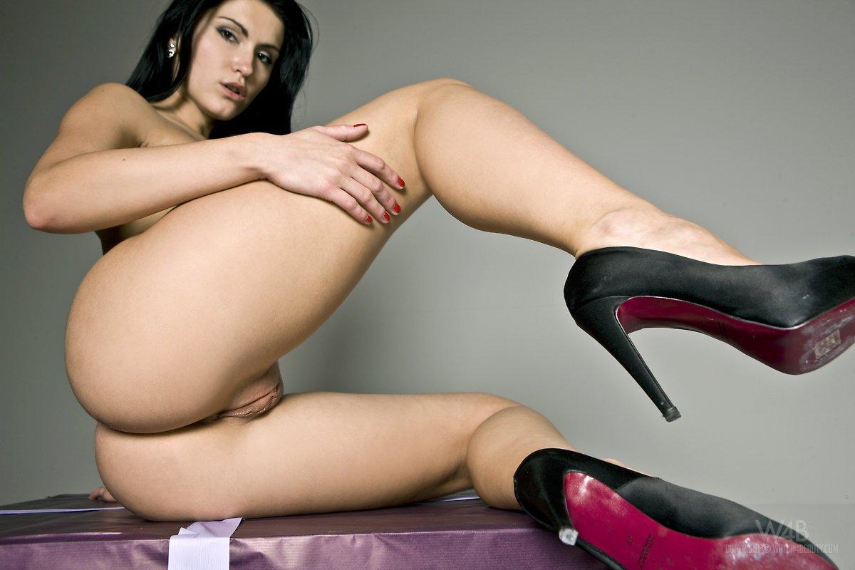 Сексуальная и ангельская брюнетка Rea Rich широко раздвигает ножки, позируя на каблуках