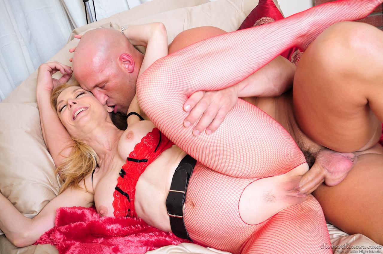 Соблазнительная мамуля в сетчатых колготках Nina Hartley раздвигает ножки позволяя парню оттрахать себя через дырку