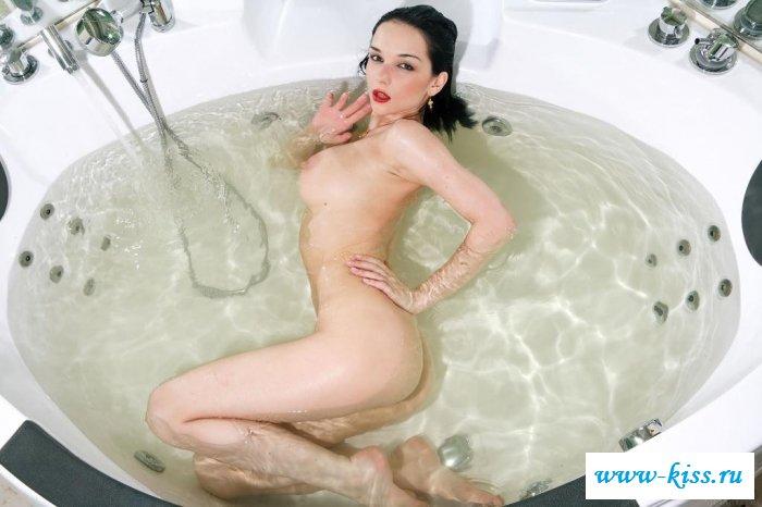 Раздетая цыпочка нежится в теплой воде