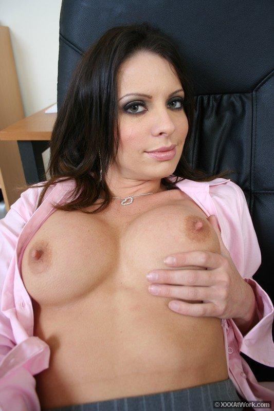 Четырехглазая офисная шлюха Vanessa Lane в юбке и блузке, трахнулась в свою голодную киску