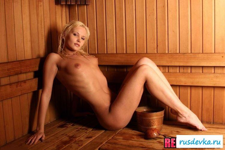 Длинноногая блондинка куражится в бане