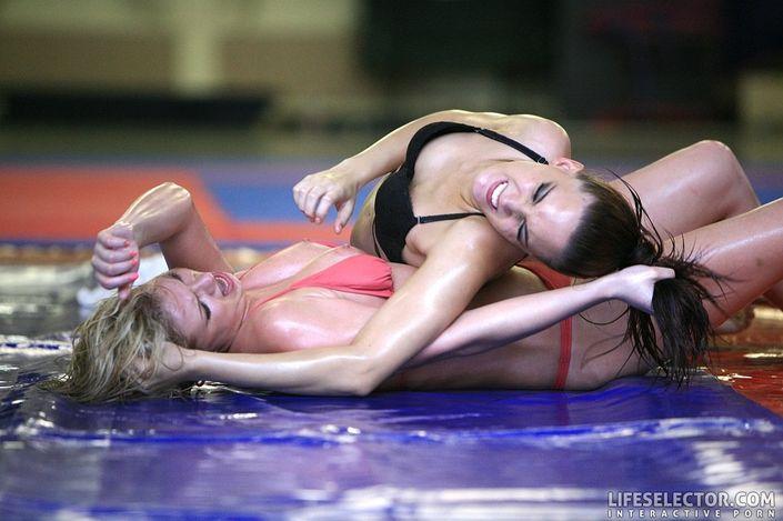 Молодая блондинка в кетфайтинге лижет пизду соперницы на ринге