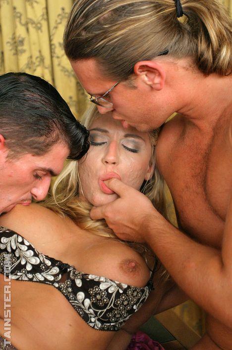 Мужик обоссал развратную шлюху и трахает с приятелем XXX порно фото