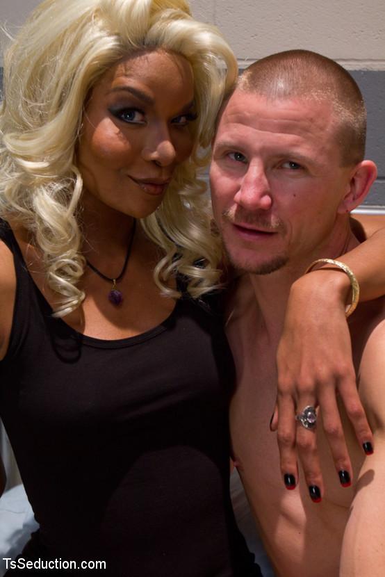 Настоящая блондинка пришила себе хуй на место вагины и трахается с мужиками