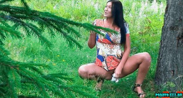Покурила и поссала в лесочке, отличная струя из письки, а дым изо рта
