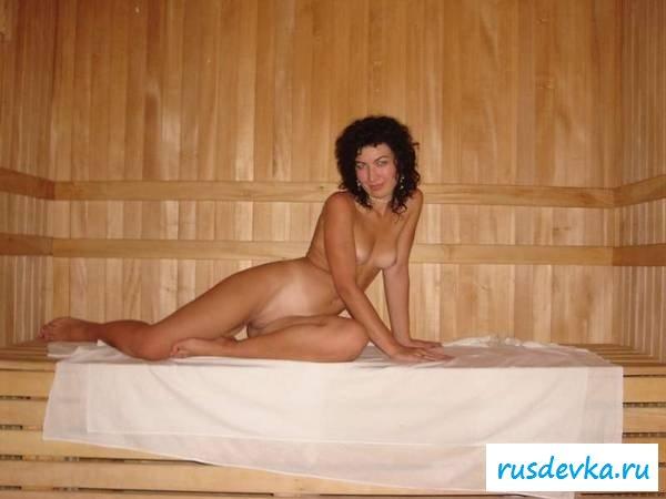 Раздетые тела цыпочек в бане