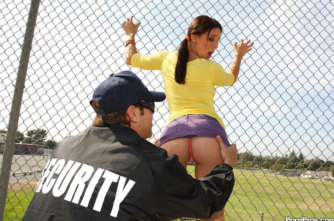 Строгий охранник выебал девицу в кабинете учителя