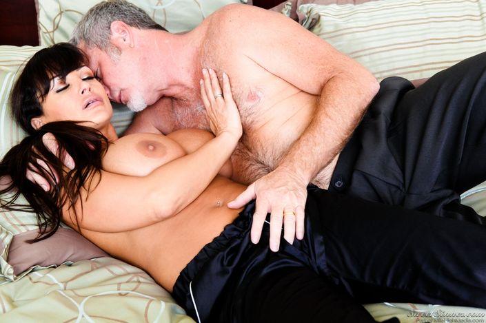 Возбужденный мужик с седым волосом лижет пизду грудастой Lisa Ann и ебет с камшотом на ххх порно фото