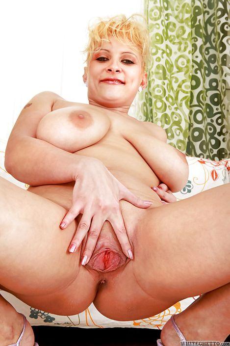 Зрелая голая женщина Chiara показала пизду крупно и сосет у негра на топ порно фото