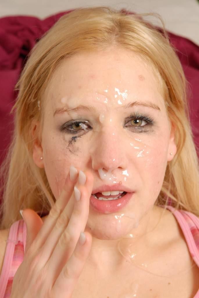 Блондинка сосет два члена и получает сперму на лицо