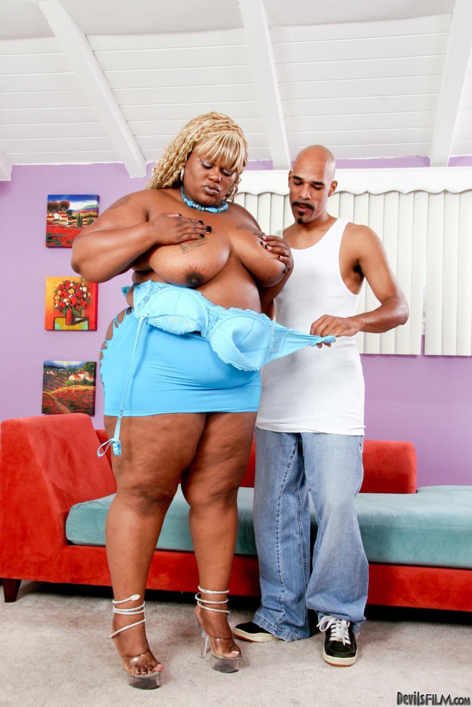 Большая черная дама Thunder Cat трахается и сосет член, получает сперму в ротик