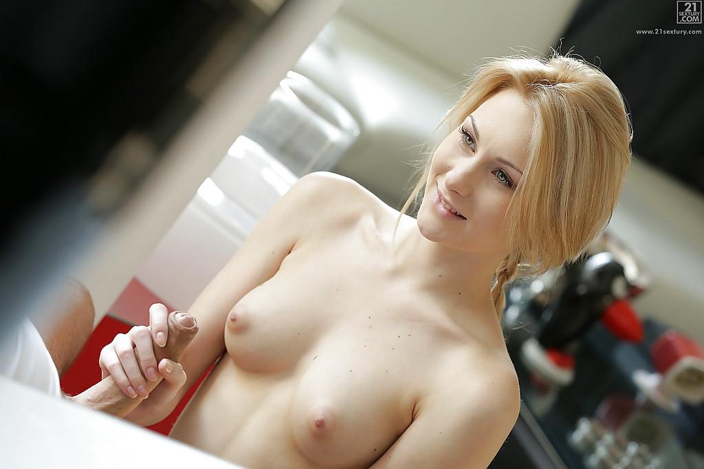 Изящная блондинка отдалась суженному на кухне