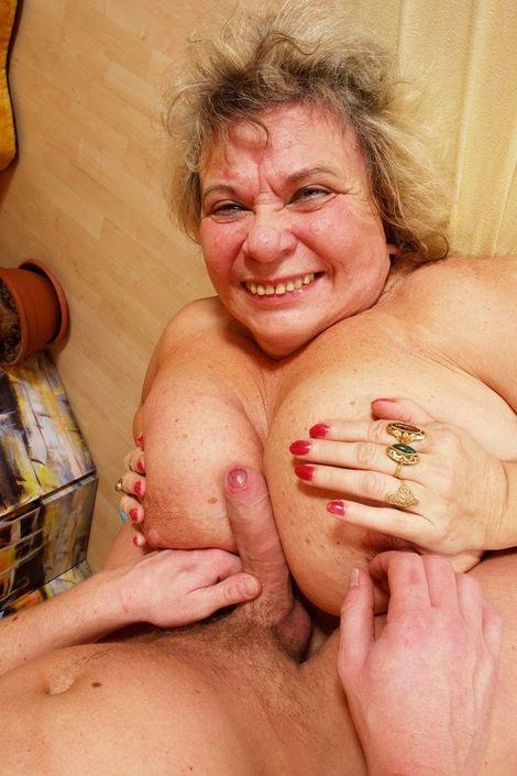 Молодой парень с усердием ебет бабушку и дает ей посасать твердый хуй