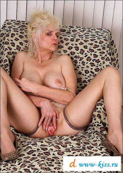 Старушка одела чулки