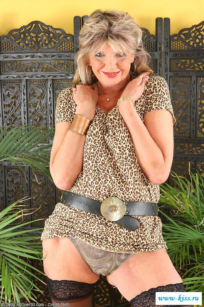 Взрослая женщина с обнаженными сиськами