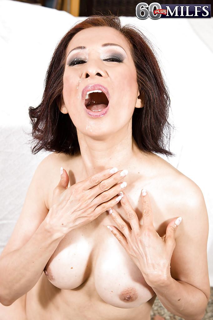 Зрелая массажистка запрыгнула на член привлекательного клиента