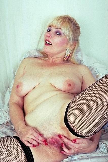 Пожилая дама в нижнем белье без трусиков