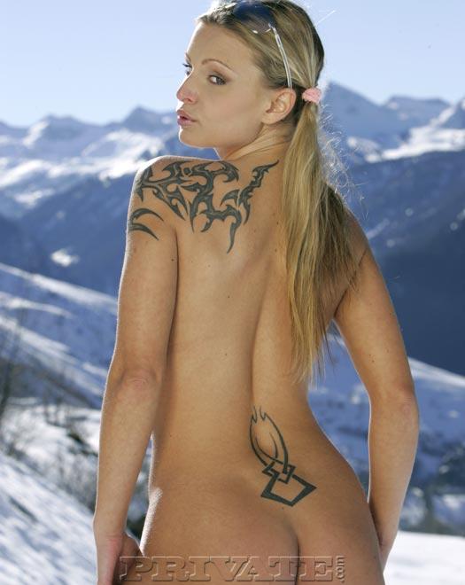 Татуированная детка с маленькой грудью и голой киской Liliane Tiger раздевается в заснеженных горах