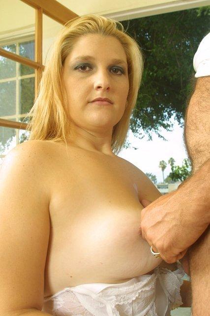 Толстая зрелая блондинка делает минет