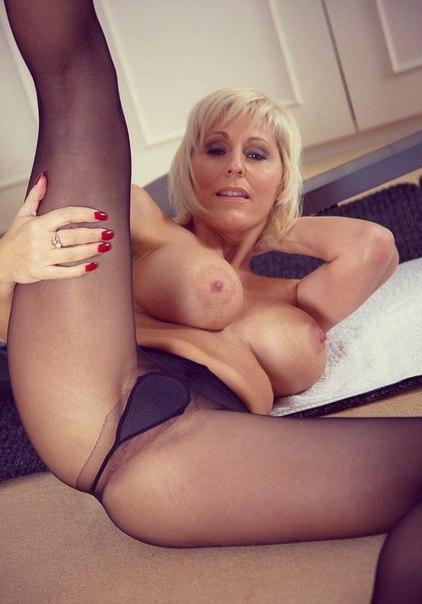 Домашние мамочки позируют голыми перед камерой