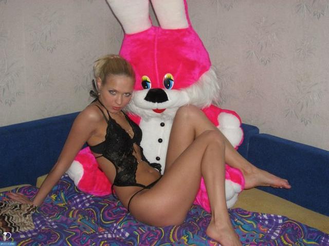 Худенькая куколка позирует в сексуальном нижнем белье