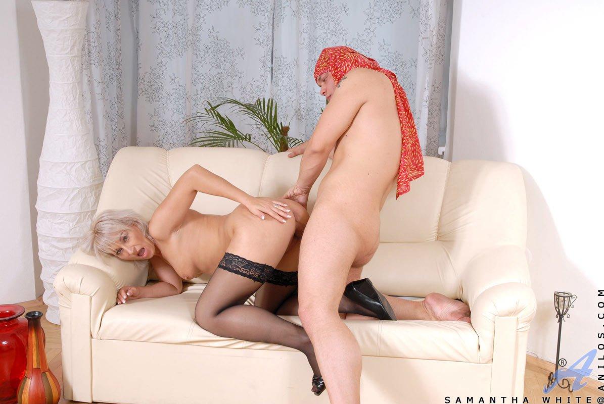 Красотка в черных чулках Samantha White любит член в рот и в киску