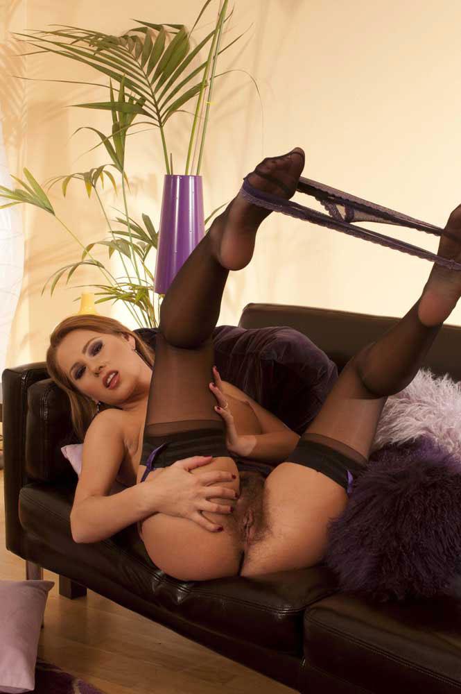 Малышка с секси попкой в черных чулках Zuzana Z показывает сочную киску сзади