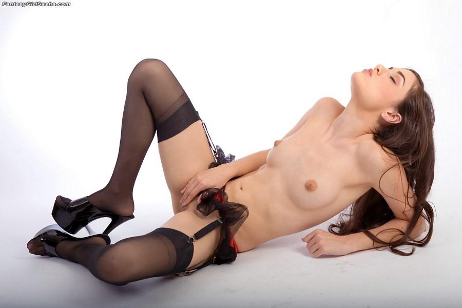 Милая и горячая Sasha Grey позирует в красном латексном бикини и нейлоновых чулках