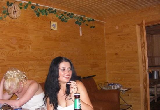 Пьяная сучка позирует перед камерой в чулочках