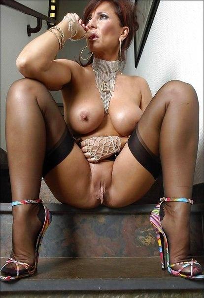 Полногрудые женщины гоняют себе дырочки