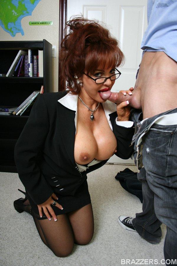 Преподавательница с большими сиськами трахается со студентом после пар