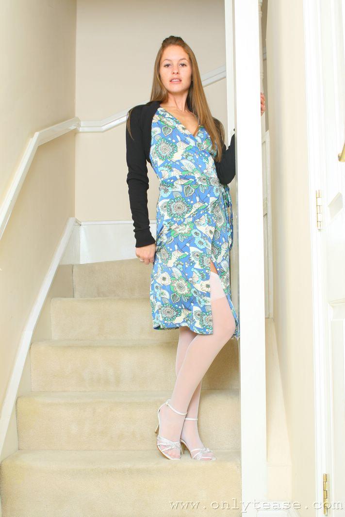 Высокая красотка Sadie Lamb в белых трусиках и чулках снимает свое длинное голубое платье