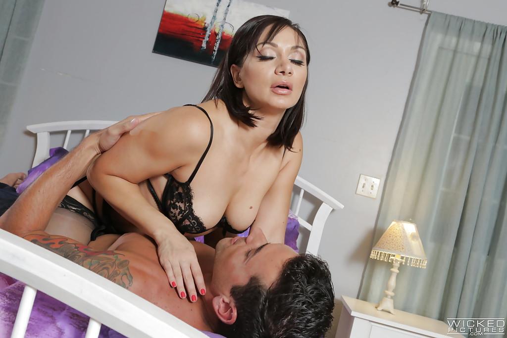 Зрелая брюнетка сосёт член любовника на двухспальной кровати
